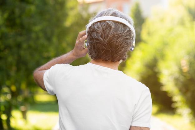 Widok z tyłu mężczyzna nosi słuchawki