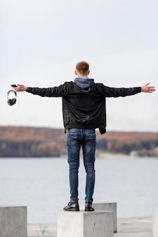 Widok z tyłu mężczyzna trzyma słuchawki podczas korzystania z widoku