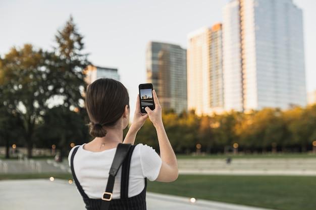 Widok z tyłu młoda kobieta fotografowanie