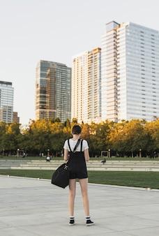 Widok z tyłu młoda kobieta na wakacjach
