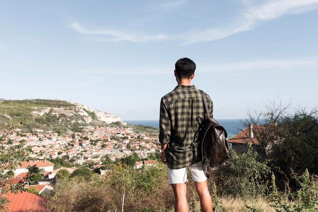 Widok z tyłu młody człowiek korzystających z krajobrazu