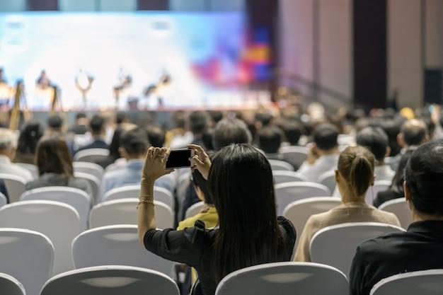 Widok z tyłu na słuchaczy publiczność na scenie w sali konferencyjnej lub spotkanie seminaryjne