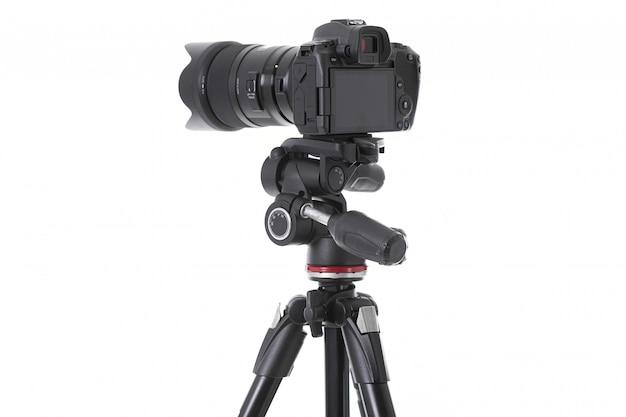 Widok z tyłu nowoczesnej wielofunkcyjnej czarnej kamery na białym tle