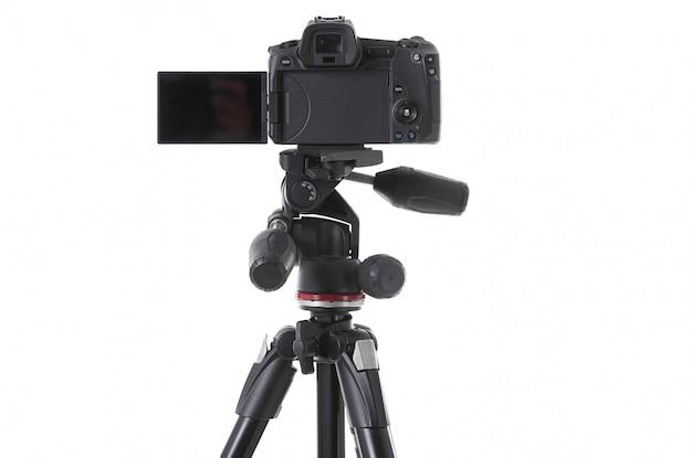 Widok z tyłu nowoczesnej wielofunkcyjnej czarnej kamery na uchwycie na białym tle