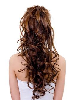Widok z tyłu panny młodej z kręcone fryzury ślubne na białym tle