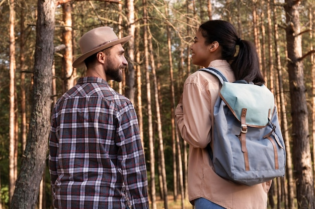 Widok z tyłu para na spacer w lesie