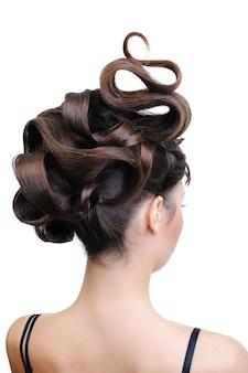 Widok z tyłu piękna zamki fryzury na białym tle