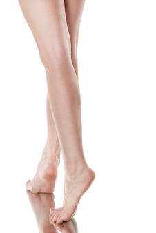 Widok z tyłu pięknej kaukaskiej kobiety z długimi nogami, na białym tle