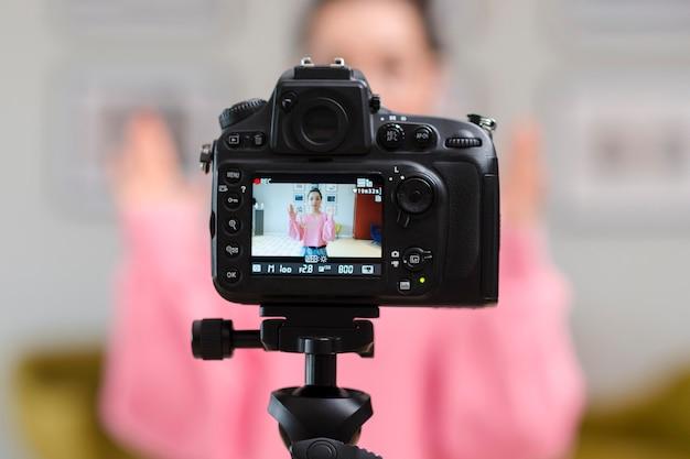 Widok z tyłu profesjonalnego blogera rejestrującego kamery