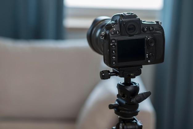 Widok z tyłu profesjonalny aparat z miejsca kopiowania