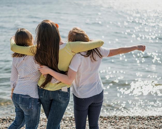 Widok z tyłu przyjaciółki nad morzem