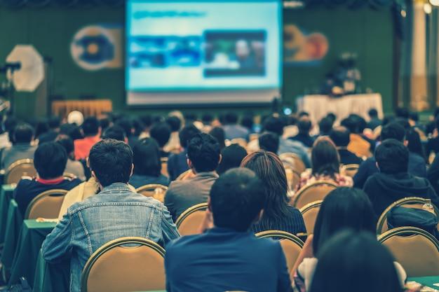 Widok z tyłu publiczności w sali konferencyjnej lub na spotkaniu seminaryjnym