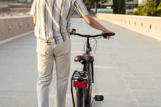 Widok z tyłu ręce trzymające kierownicę roweru