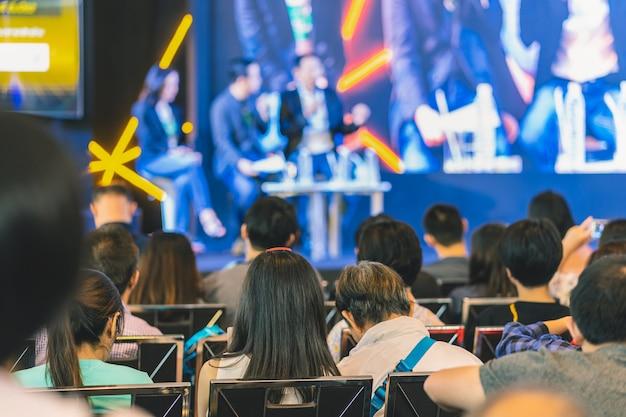 Widok z tyłu słuchania audience głośniki na scenie w sali konferencyjnej lub seminarium mnie