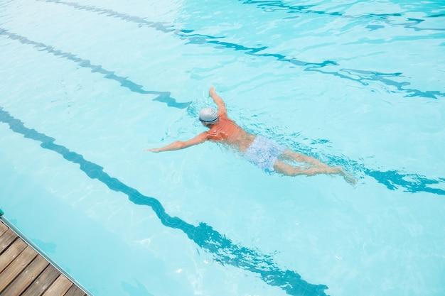 Widok z tyłu starszy mężczyzna pływanie w basenie
