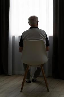 Widok z tyłu starszy mężczyzna z alzeihmerem w pomieszczeniu