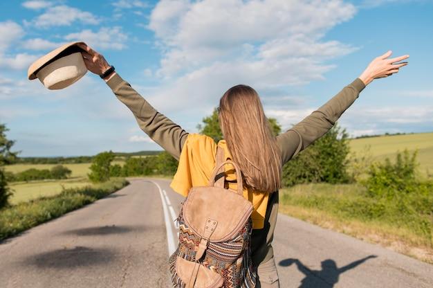 Widok z tyłu stylowa kobieta korzystających wakacje