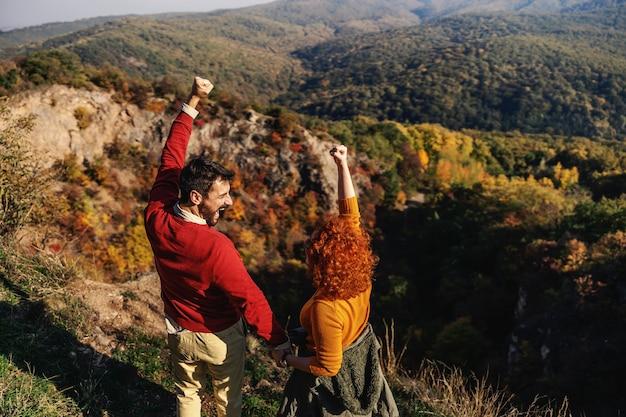 Widok z tyłu szczęśliwa para zakochanych spędzających wolny czas na łonie natury.