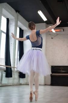 Widok z tyłu tancerz baletowy
