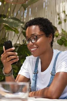 Widok z tyłu zawartości nastolatka z uśmiechem toothy