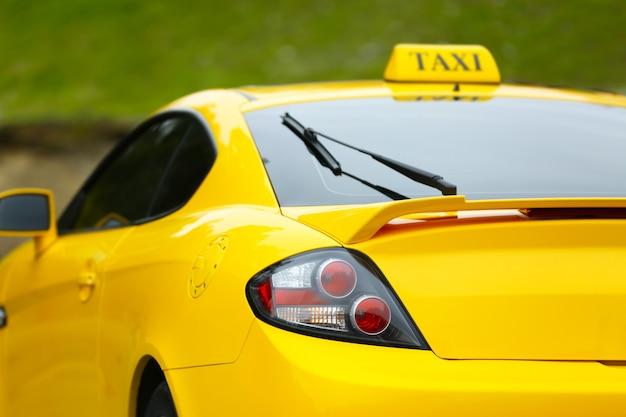 Widok z tyłu żółtej taksówki na ulicy