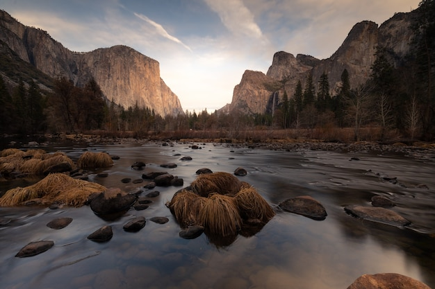 """Widok z valley view na park narodowy yosemite. po lewej stronie kopuła """"el capitan"""", a po prawej spada bridalveil i skały katedralne. w kalifornii w stanach zjednoczonych."""