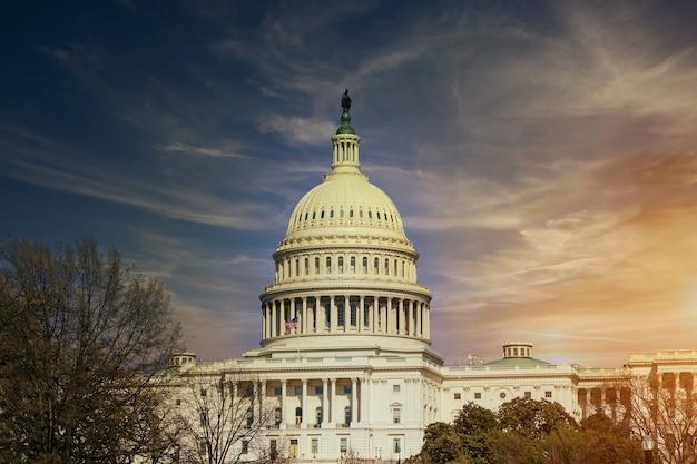 Widok z waszyngtonu, usa, budynek kapitolu stanów zjednoczonych o zachodzie słońca