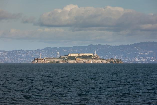Widok z więzienia alcatraz w san francisco bay w kalifornii