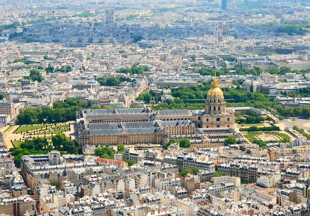 Widok z wieży eiffla w invalides domu i notre dame, francja paryż