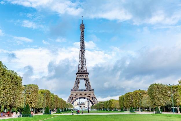 Widok z wieży eiffla z jesiennego parku przeciw błękitne niebo