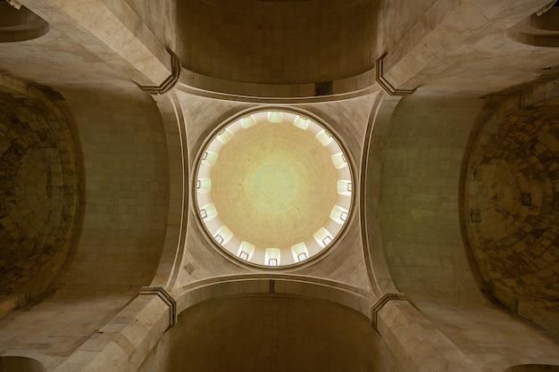 Widok z wnętrza kopuły w starej świątyni gelati w kutaisi gruzja