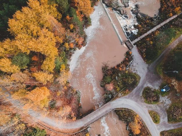Widok z wodospadu i rzeki rapids. zdjęcie zrobione z drona. finlandia, pornainen.