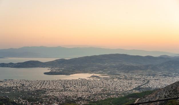Widok z wysokich gór na nadmorskie miasto. makrinitsa