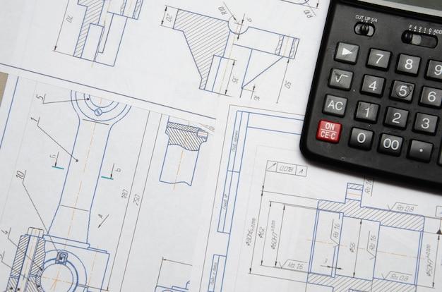 Widok z wysokiego kąta na plan instalacji elektrycznej z kalkulatorem zaciemniającym