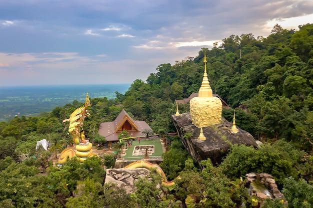 Widok z wysokiego kąta świątynia wat tham pha daen to piękna świątynia położona na zboczu góry phu phan w prowincji sakon nakhon; tajlandia.