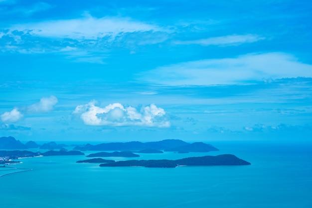 Widok z wysokiego tarasu widokowego na archipelag małych wysepek w zatoce.