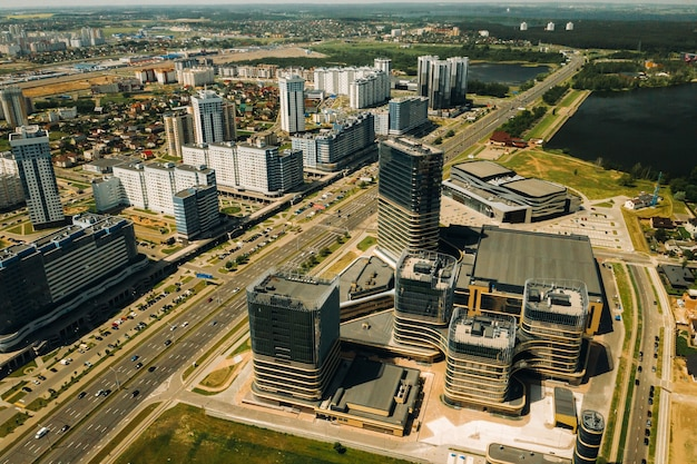 Widok z wysokości alei pobediteley w mińsku. nowa dzielnica mieszkaniowo-biznesowa w mińsku. białoruś.