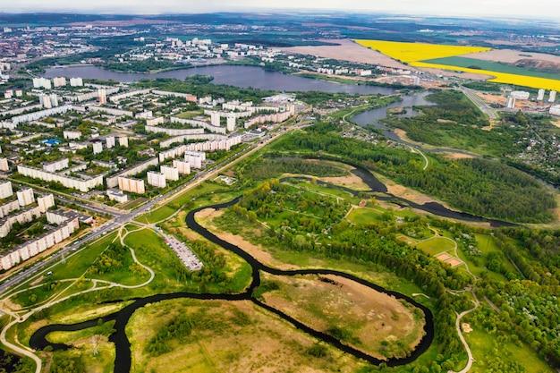 Widok z wysokości domów i parku łoszyckiego w dzielnicy mieszkalnej mińska, wiosenny park łoszycki w dzielnicy mieszkalnej serebryanka. białoruś.