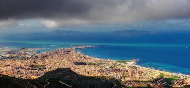 Widok z wysokości miasta. scena dramatyczna i malownicza. lokalizacja trapani, erice, sycylia, włochy, europa.