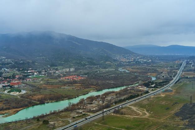 Widok z wysokości na torze obok rzeki w górach