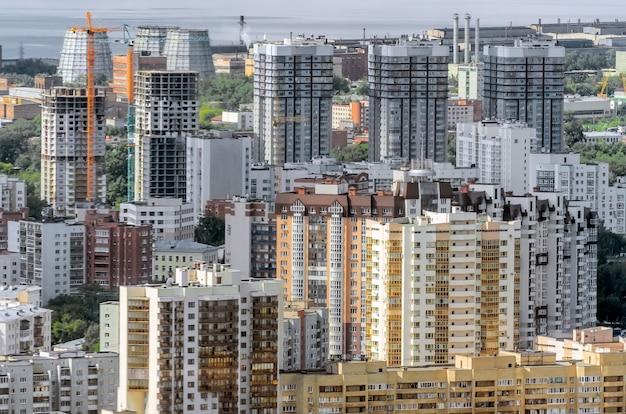 Widok z wysokości na wielokondygnacyjny budynek w mieście.