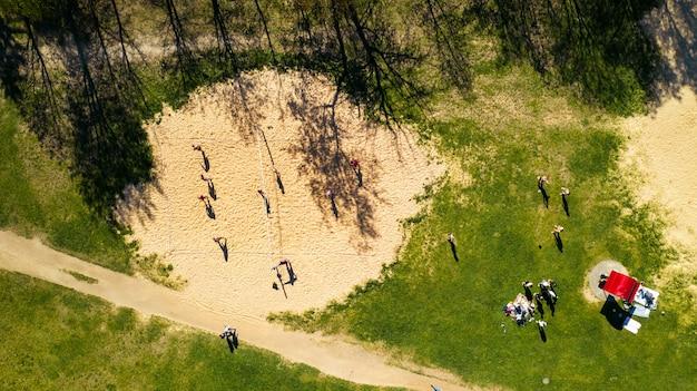 Widok z wysokości plaży i ludzi grających w siatkówkę w drozdach w mińsku.białoruś