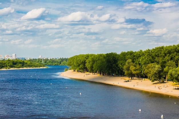 Widok z wysokości rzeki i plaży