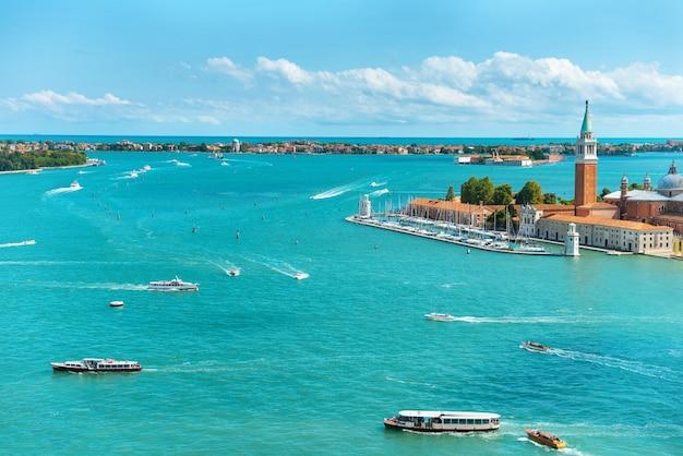 Widok z wyspy san marco na wyspę san giorgio, wenecja, włochy