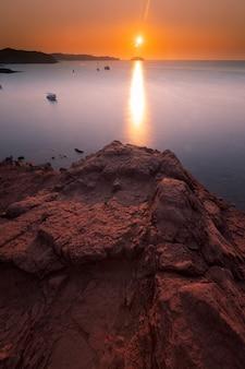 Widok z zatoczek macarella i macarelleta na wyspie menorca, hiszpania.