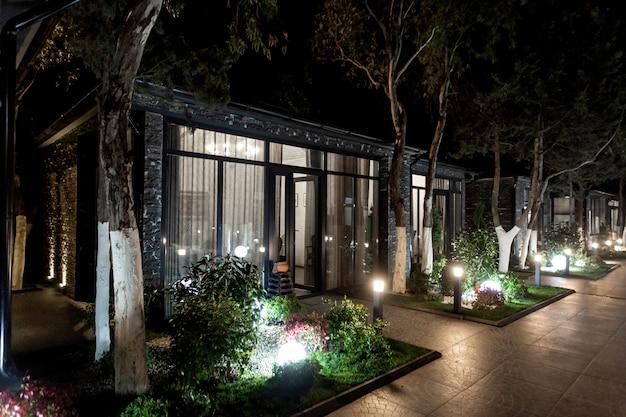 Widok z zewnątrz na domek restauracyjny w nocy