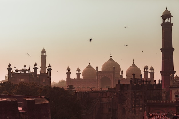 Widok zachodu słońca meczet badshahi miasto lahore