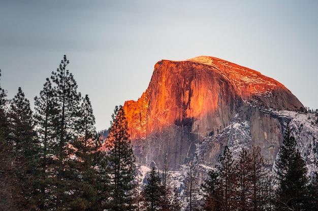 Widok zachodu słońca na half dome, park narodowy yosemite, kalifornia