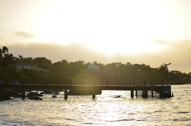 Widok zachodu słońca ze słońcem schodzącym za morze