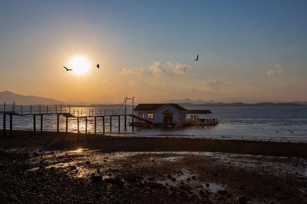 Widok zachodzącego słońca kawiarni pływającej po morzu